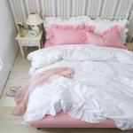 ผ้าปูที่นอน สีทูโทน พื้นสีขาว-ชมพู มีระบายที่ชาย