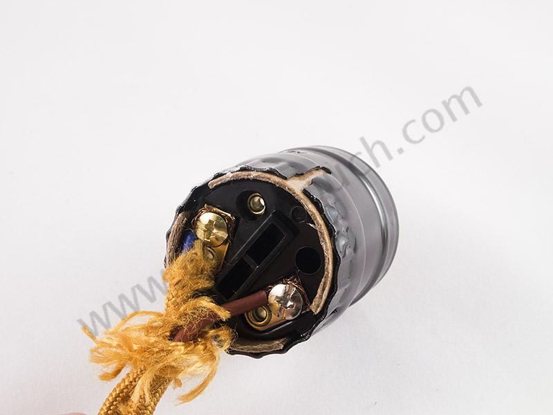 ยึดทองแดงของสายไฟวินเทจกับน๊อตของแกนขั้วหลอดไฟให้แน่น และไม่ให้สัมผัสกับตัวบอดี้ขั้วหลอดไฟ